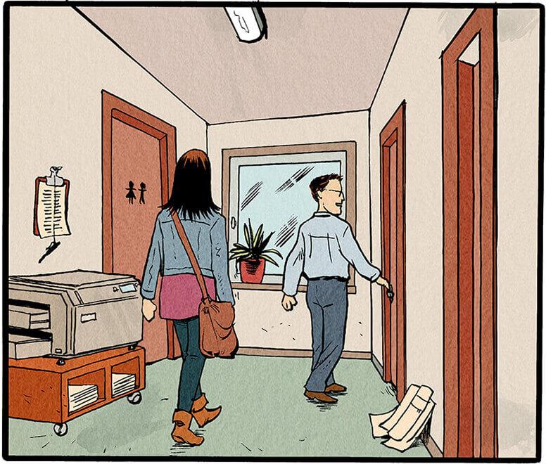 Der Mitarbeiter zeigt Anne Wegener die Tür zu ihrem Büro.  Mitarbeiter: 'Da sass vorher der Herr Emmrich... Leserpost und Horoskope! Den Posten ham sie natürlich als erstes weggekürzt!'