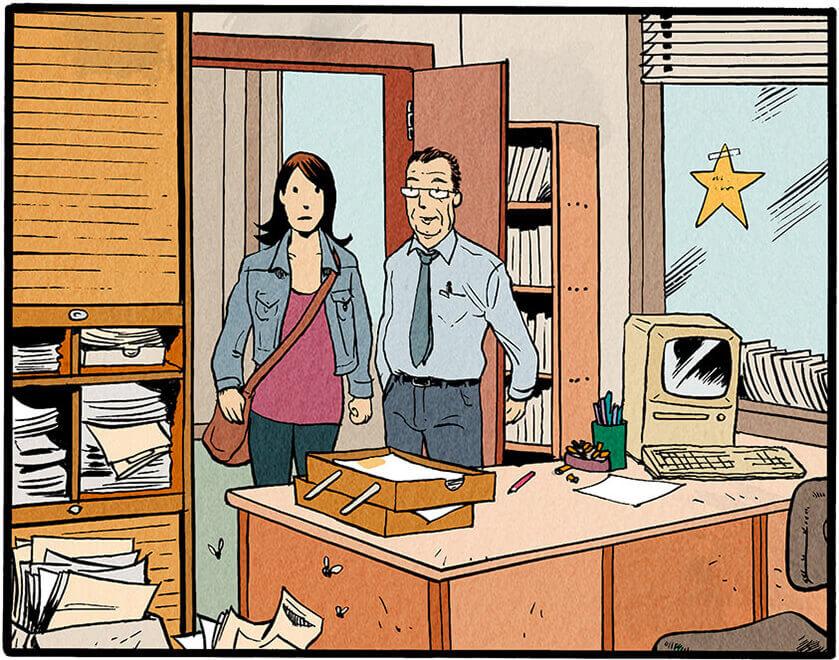 Der Mitarbeiter und Anna Wegener treten in ein kleines, unaufgeräumtes Büro für eine Person. Auf dem Schreibtisch steht neben einem alten Computer ein voller Aschenbecher, umringt von Zigarettenstummeln, losen Zetteln und verstreuten Stiften. Die kaputte Ablage auf dem Schreibtisch ist ebenfalls voll. Der Mülleimer sowie die Wandregale sind am überquellen. Anna Wegener schaut von der Tür aus ungläubig auf das Chaos.