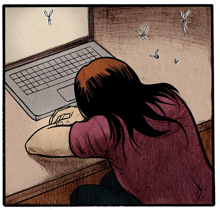 Anna Wegener verschränkt die Arme auf ihrem Schreibtisch und legt ihren Kopf für eine kurze Pause darauf nieder.